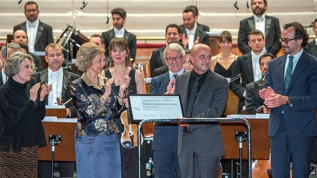El compositor, en el momento de recibir el galardón.