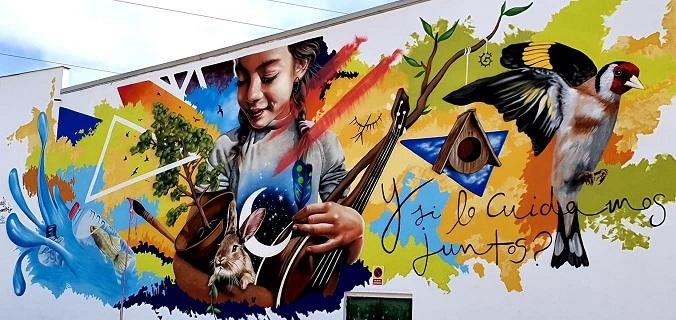Bello y espectacular mural pintado por Badi.