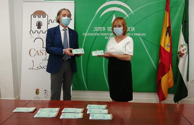 La alcaldesa de Láchar entrega las entradas al delegado de Salud.