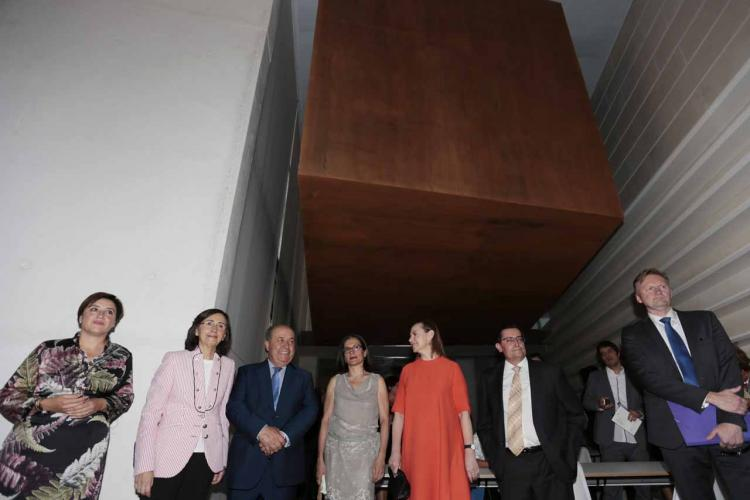 Laura García Lorca y las autoridades posan bajo la cámara acorazada destinada a los fondos.
