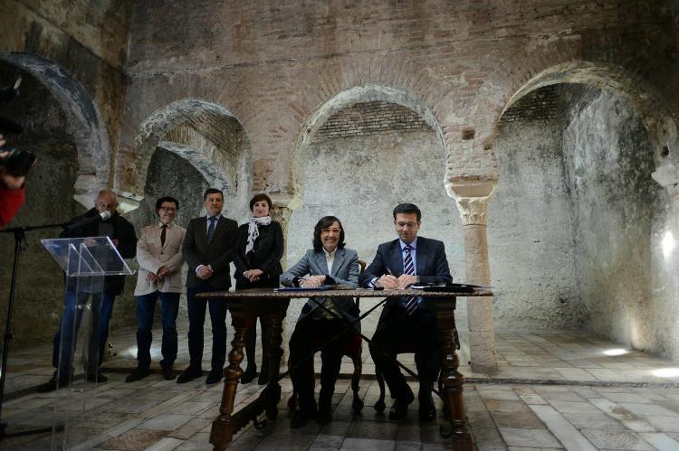 La consejera de Cultura y el alcalde de Granada en la firma del convenio.
