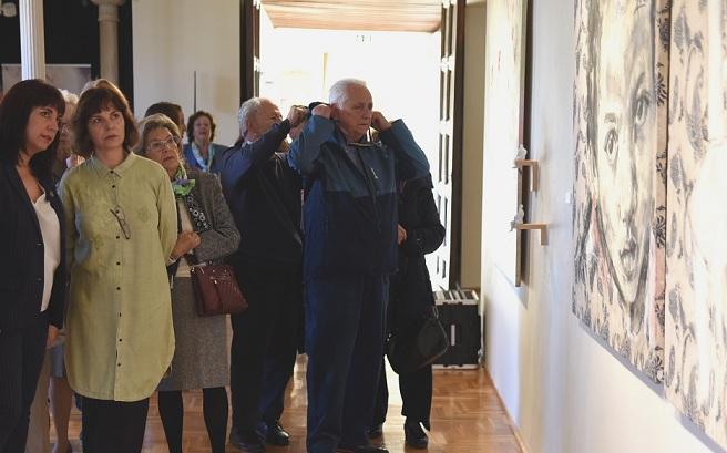 Inauguración de la muestra. Con blusa verde, la autora, Carmen Almécija.
