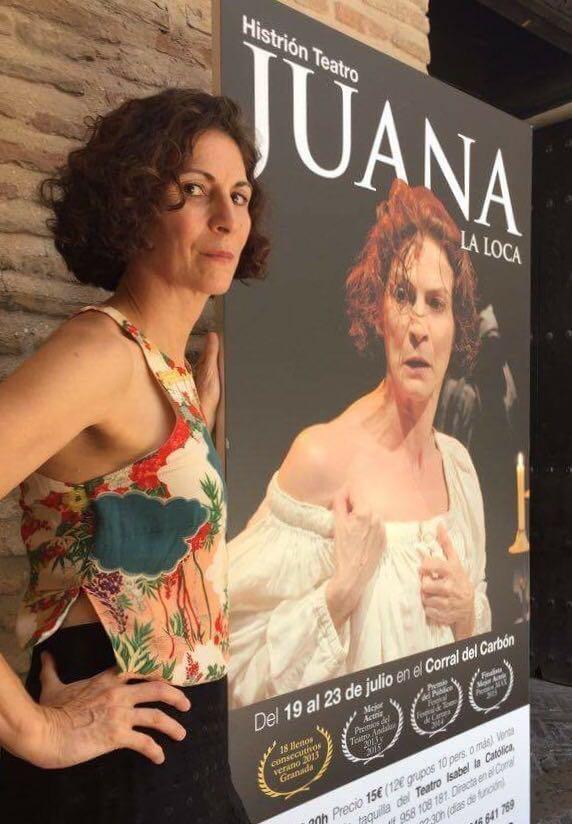 La gran actriz Gema Matarranz, junto al cartel de 'Juana'.