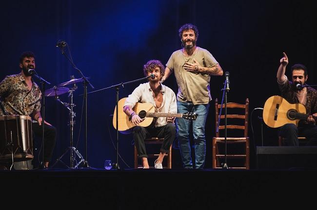 Juanito Makandé y la banda Tu Otra Bonita.
