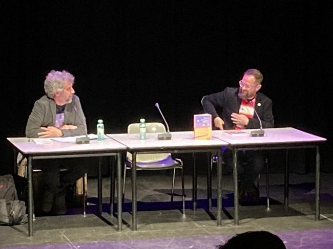 El autor, con Nani Castañeda, este jueves en el Teatro Isidro Olgoso.