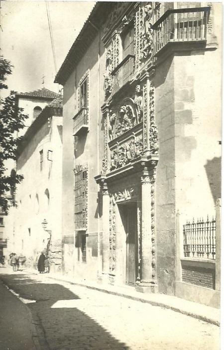 La casa de los Museos. En esta foto de Joaquín Castells se ve la fachada de la Casa de Castril nada más ser abierta como sede de varios museos de la ciudad, además de Arqueológico. Está tomada entre 1917-29, fecha en que estuvo en permanentes obras, aunque ya se podía entrar a partir del 8 de junio de 1923.
