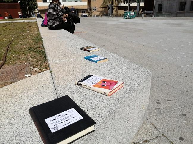 Libros distribuidos en las bancadas de los jardines exteriores.