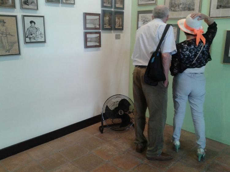 Dos visitantes en el Museo Casa de los Tiros.