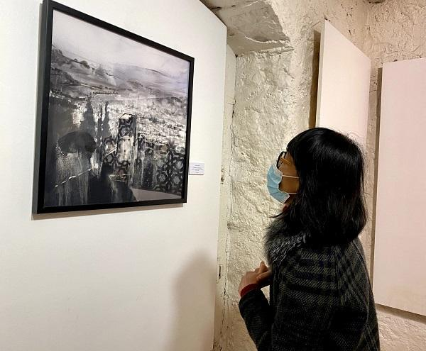 Una visitante observa la obra de la motrileña.