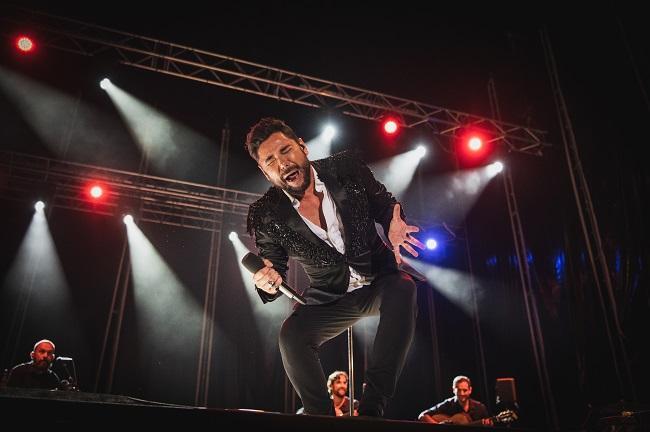 Miguel Poveda, en una fotografía que recoge la intensidad de su concierto.