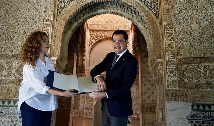 Juan Manuel Moreno entrega a Estrella Morente la serie de litografías de la Alhambra.