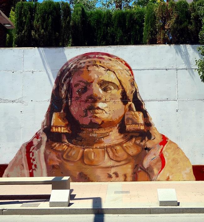 Mural de la Dama en las calles de Baza.