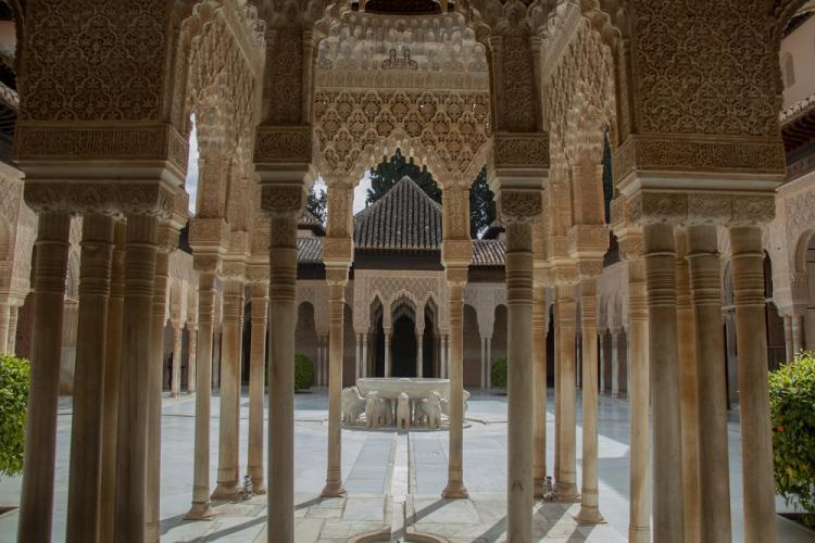 Imagen del Patio de los Leones de la Alhambra durante el confinamiento.