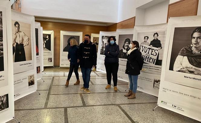 Autoridades vegueñas visitan la exposición en la Casa de la Cultura.