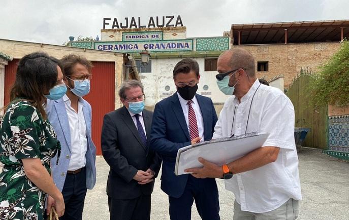 Representantes de Ayuntamiento y Junta, con Cecilio Madero Morales, de la Fundación Fajalauza