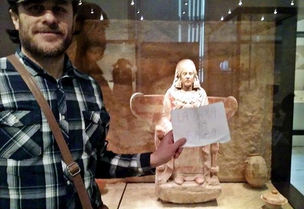 El autor, en el Museo Arqueológico Nacional, reclamando el regreso de la Dama de Baza.