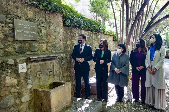 La placa ha sido tallada por el taller de cantería de la Alhambra.