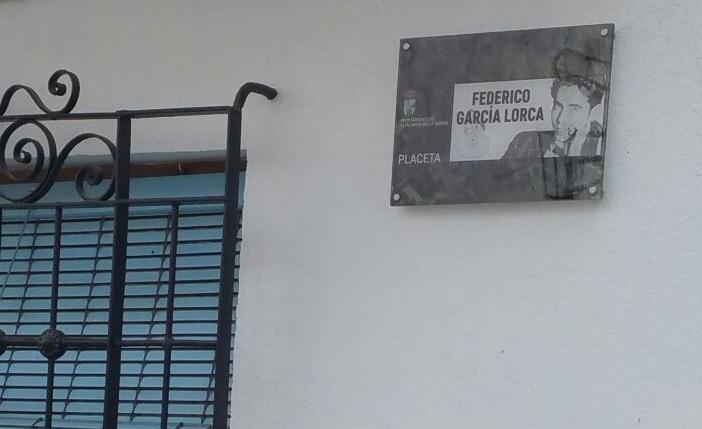 Placeta con el nombre del poeta en Mecina Bombarón.