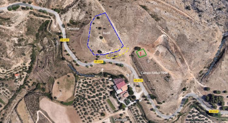 Imagen en la que se marca el redil en azul; el óvalo en amarillo de las fosas según P. Cuesta y un cuadrado con un 1 donde han excavado recientemente.