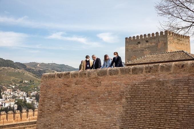 Muro reparado en la plaza de Carlos V.