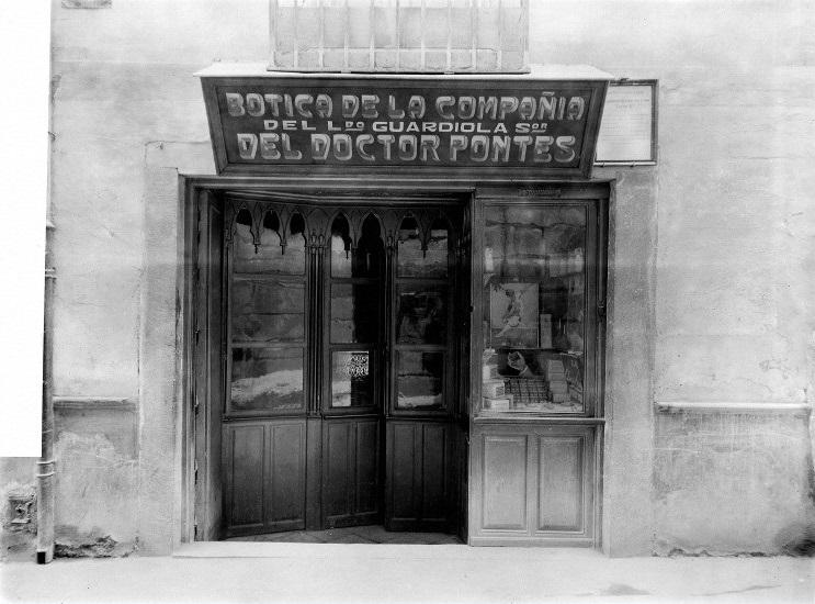 Fachada de la farmacia cuando su contenido  fue comprado por Sir Henry Wellcome para su colección de Londres, en el año 1928.