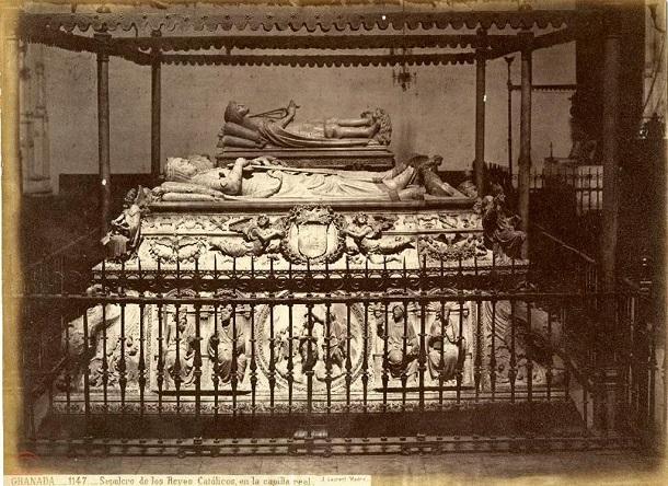 Una de las postales más antiguas de los mausoleos reales, hacia 1871. Todavía se conservaba el dosel de madera, la verja puntiaguda y un único acceso a la cripta.