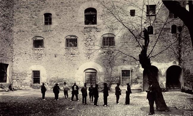 Patio de los locos (inocentes actual), en los años treinta. Un grupo de dementes leves toman el sol vigilados por un celador; en las ventanas se agolpan varios enfermos mentales.
