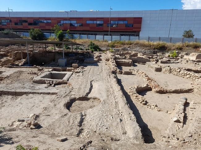 Calle principal de la aldea de los Mondragones que daba acceso al poblamiento romano de los siglos I A.D. a VI D. C. Se aprecian las rodadas de carros.