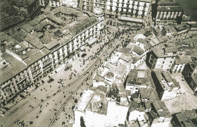 En esta foto de 1936 se ve todavía intacta la trama urbana del barrio de la Mancebía de finales del siglo XVI  (actualmente zona de calle Ganivet, Correos y teatro Isabel la Católica).