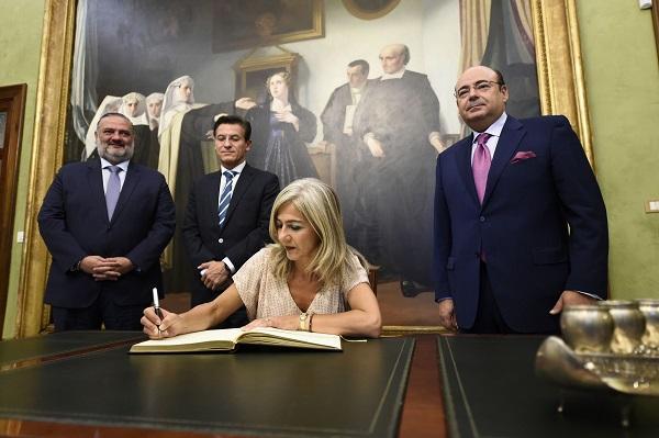 La consejera de Cultura y Patrimonio firma en el libro de honor del Ayuntamiento de Granada.