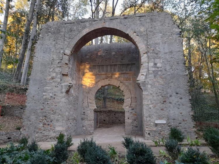 La Puerta de Bib-Rambla, recién restaurada, con tonos demasiado tipo porland.