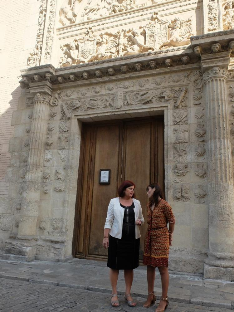 Elvira Ramón y Olga Manzano, a las puertas del Arqueológico.