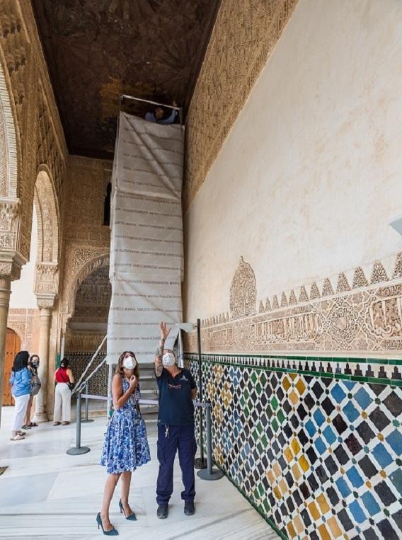 Rocío Díaz recibe explicaciones sobre la restauración.