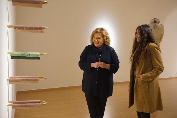 La exposición está instalada en la Sala Ático de Condes de Gabia.