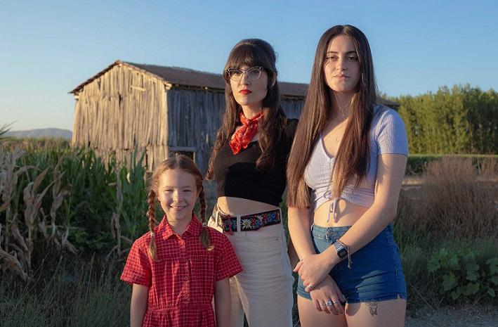Rocío Mesa junto a la adolescente Ada Mar Lupiañez Huertas y la pequeña Vera Centenera Carnero, protagonistas de la película..