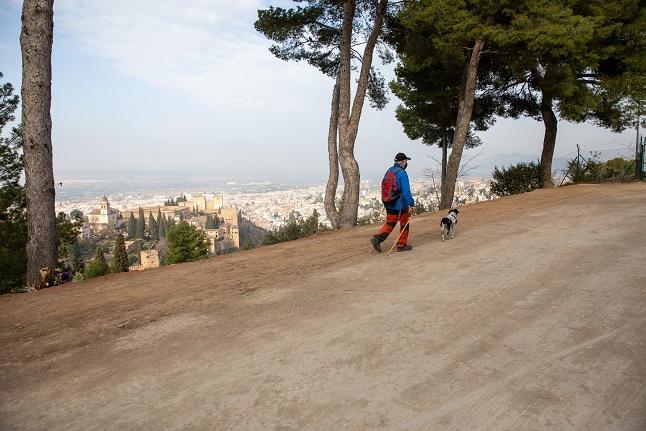 El camino, reparado, con sus bellas vistas a la Alhambra y la ciudad.