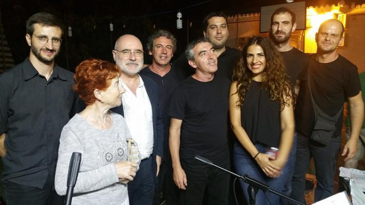El músico, cuarto por la izqda., con compañeros de su grupo y autoridades de la Alpujarra.