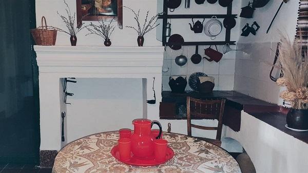 El juego de jarra y vasos luce ya en la cocina de la casa de Valderrubio.