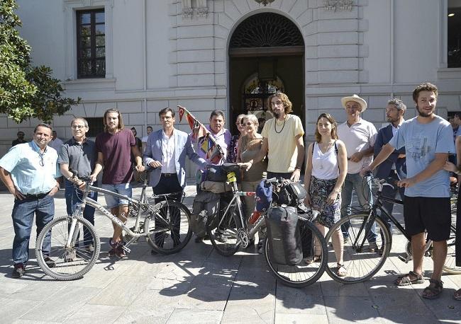 Los embajadores de la Vega, a las puertas del Ayuntamiento.