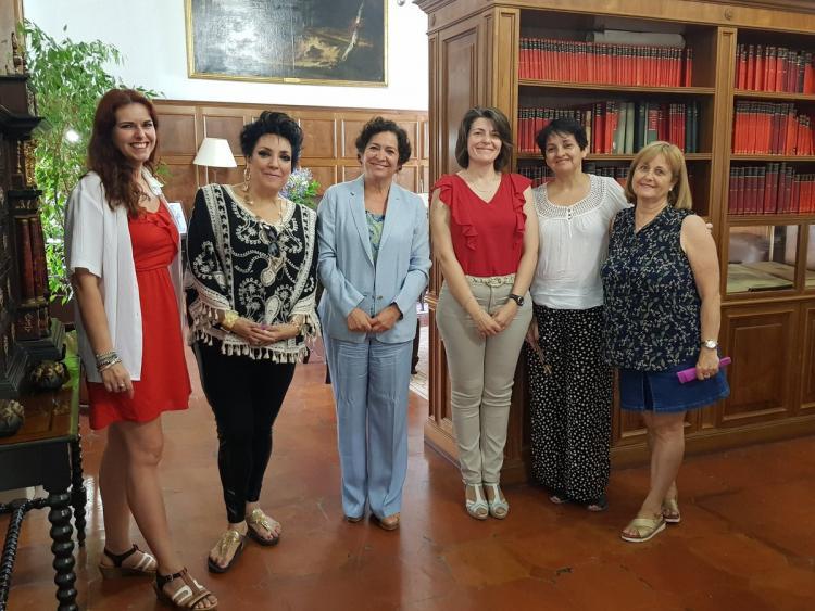 La rectora, el pasado año, con representantes de La Volaera y familiares de Milagro Almenara.
