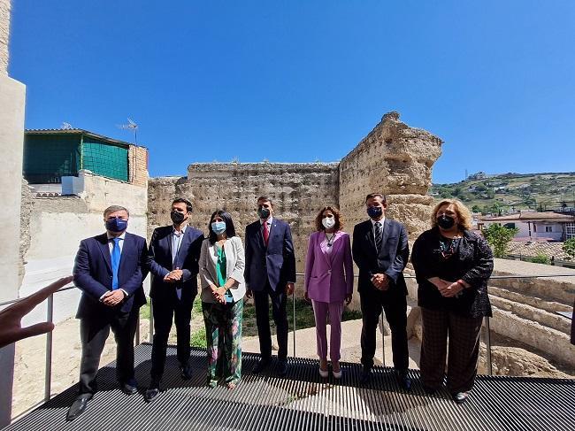 La ministra María Jesús Montero, acompañada por el resto de autoridades, en su visita a la Muralla Zirí.