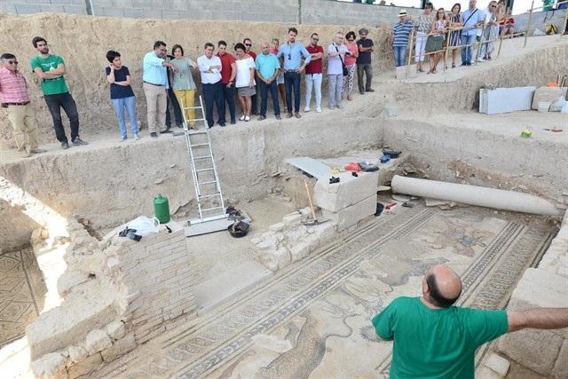 Imagen de una visita de responsables de la Junta y Diputación a la villa romana.