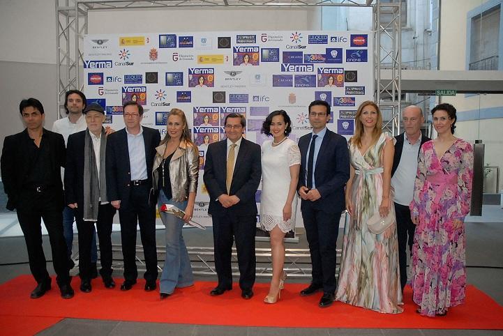 Rebecca Grant, entre José Entrena y Francisco Cuenca, en la presentación de la película.