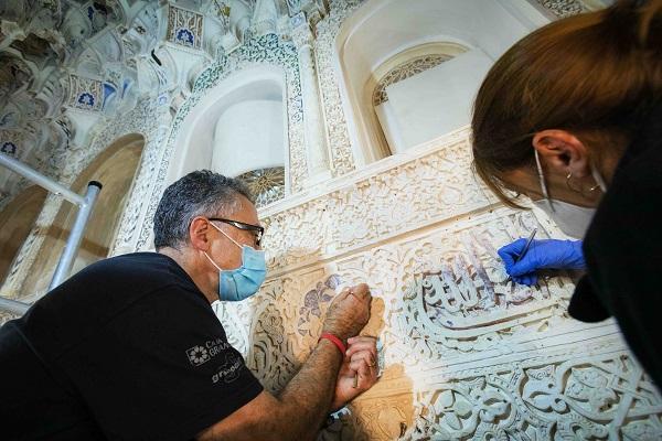 Labores de restauración de yeserías.
