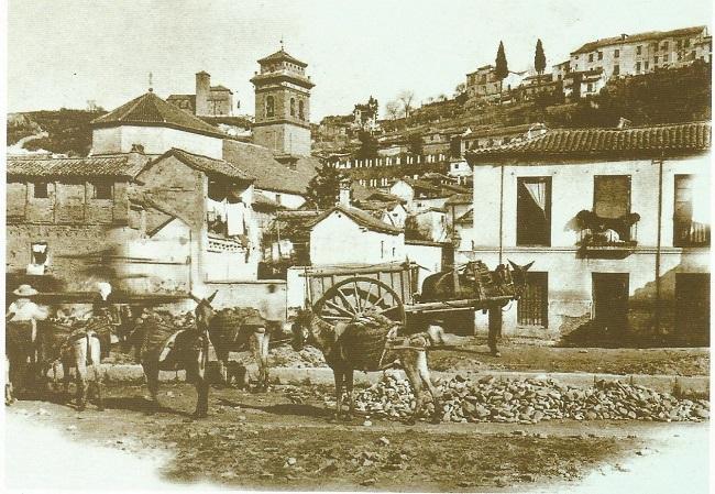 Zona del Pozo Airón (estaba tras la casa de la derecha, fachada a Callejón de las Góngoras), durante los derribos para construir la Gran Vía (finales del siglo XIX). Detrás, la iglesia de San Andrés; al fondo, San Cristóbal y el Carril de la Lona.