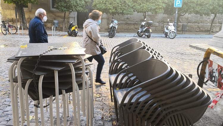 Sillas y mesas apiladas de un negocio hostelero de la capital.
