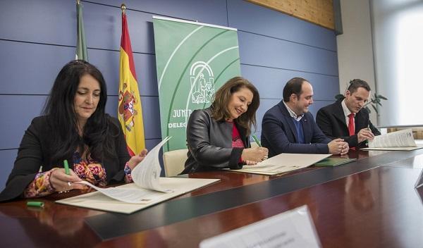 Crespo, en la firma del convenio con la alcaldesa de Montefrío y el alcalde de Padul.