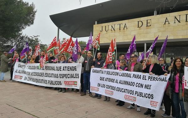 Concentración a las puertas de la sede de la Consejería de Educación en Sevilla.