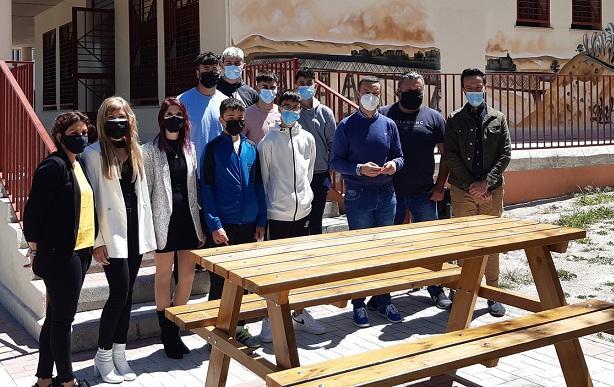Alumnado de FP del instituto de Guadahortuna, con uno de los muebles urbanos restaurados.