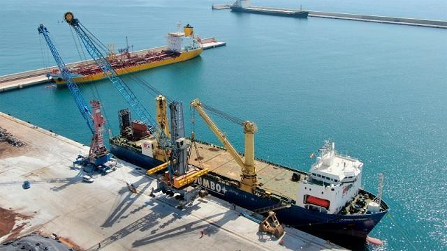 Instalación de la grúa, que ha llegado en el buque especial Jumbo Visión.